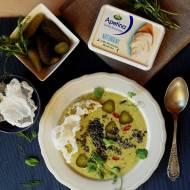 Kremowa zupa z kiszonych ogórków, naturalnego serka i quinoy z chipsami z papieru ryżowego