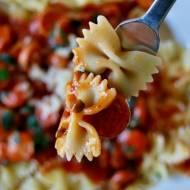 Makaron z parówkami w sosie pomidorowym
