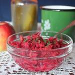 Sałatka z surowych buraków, jabłka, marchwi i ogórków