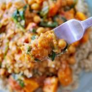 Curry z batatami, cieciorką i szpinakiem
