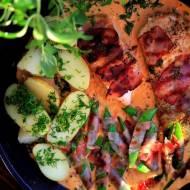 Grillowana w szynce parmeńskiej pierś kurczaka w sosie z serka Apetina, z dodatkiem groszku cukrowego w szynce parmeńskiej z mło
