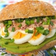 Kanapka z awokado, jajkiem i tuńczykiem