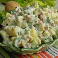 Ziemniaczana sałatka z selerem naciowym i szynką