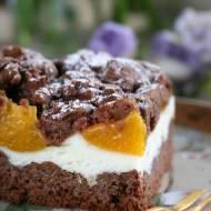 Kruche ciasto kakaowe z waniliową pianką i z brzoskwiniami