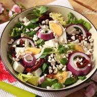 Sałata z jajkiem, fetą, suszonymi pomidorami i zbożami ekspandowanymi