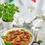 Pizza Italiano- z pomidorami i bazylią, mozzarellą oraz kwiatami z szynki parmeńskiej na kremowym sosie