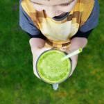 Zielony koktajl z jarmużem i pomarańczą.