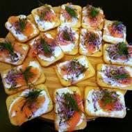 Solone krakersy z łososiem na przystawkę