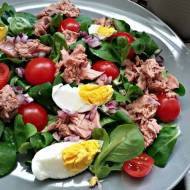Sałatka z tuńczykiem i jajkiem na roszponce