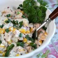 Sałatka z tuńczykiem, kukurydzą i ananasem