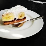 Zdrowe ciasto banoffee z kokosową bitą śmietaną