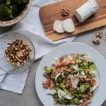 Makaron tagliatelle z brokułem, serem kozim i orzechami włoskimi