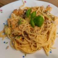 Spaghetti z awokado i suszonymi pomidorami