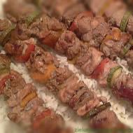Szaszłyki z białą kiełbasą, mięsem wieprzowym, cukinią, papryką ...