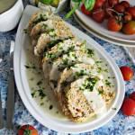 Gotowana rolada z mięsa mielonego z białym sosem