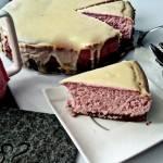 puszysty, malinowy sernik w polewie z białej czekolady
