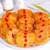 Placki z kiełbasą słoikową, suszonymi pomidorami, polędwicą i serkiem topionym.