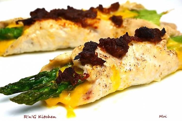 Filety kurczaka ze szparagami i serem
