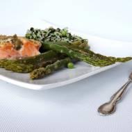 Pieczony łosoś, szparagi z ryżem na zielono