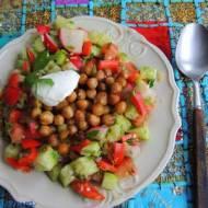 Sałatka z pikantnej ciecierzycy i świeżych warzyw
