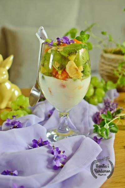 Sałatka owocowa z naturalnym jogurtem i prażonymi migdałami
