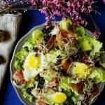 Wielkanocna sałatka z przepiórczymi jajkami, czarną quinoą, szynka szwarcwaldzką i olejem rzepakowym