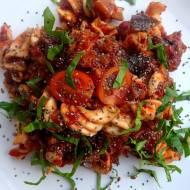 Makaron z sosem z bakłażana i pomidorów. Czy można jeść skórkę z bakłażana?