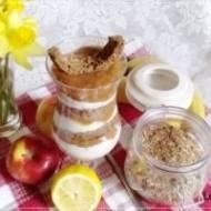 Triffle śniadaniowe na granoli w proszku z rabarbarem