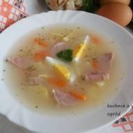 Żurek tradycyjny wielkanocny z białą kiełbasą i jajkiem.
