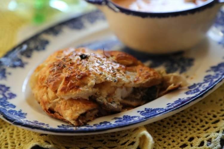 Zawijaniec z ciasta francuskiego z kurczakiem i grzybami