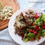 Łosoś pod pierzynką z sera korycińskiego z czarnuszką, suszonych pomidorów i koperku