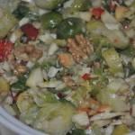 pyszna ,zdrowa sałatka z brukselki i orzechów