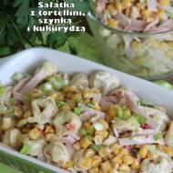 Sałatka z tortellini, szynką i kukurydzą
