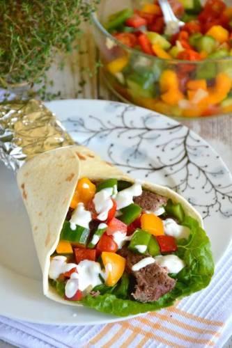 Tortilla z grillowanym mięsem wołowym, warzywną salsą i sosem czosnkowym