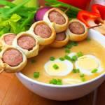 Żurek z jajkiem i szaszłykiem z kiełbasy w cieście francuskim