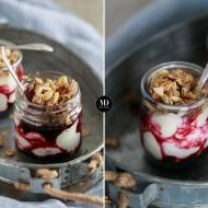 Zdrowy deser z jogurtem, mrożonymi jagodami i granolą