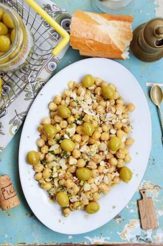 Sałatka z cieciorką, zielonymi oliwkami i migdałami