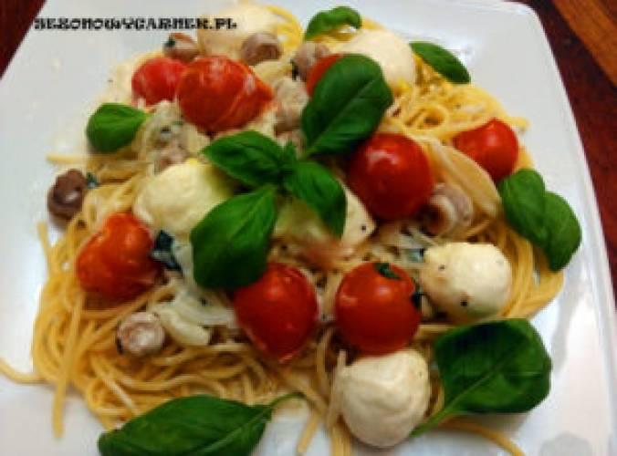 Spaghetti z mozzarellą i pomidorkami