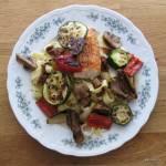 Łosoś z pieczonymi warzywami i makaronem