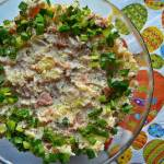 Świąteczna sałatka ziemniaczana z łososiem i szczypiorem