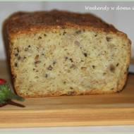 Chleb z semoliny z nasionami w kwietniowej piekarni