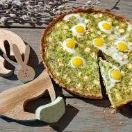 Wielkanocna tarta z serkiem, szpinakiem, groszkiem i jajkami przepiórczymi na pieprznym cieście