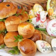 Wielkanocne bułeczki z rodzynkami do koszyczka