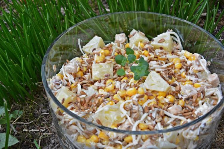 Sałatka z kurczakiem, ananasem i prażonym słonecznikiem