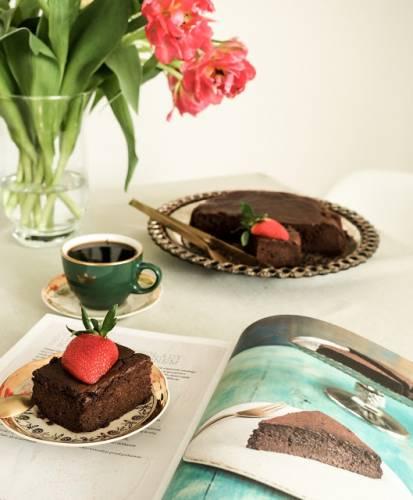 Sirocco Sabriny Ghayour. Ciasto - mus z gorzkiej czekolady z kawą i kardamonem.