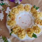 Jajka nadziewane brzoskwiniami i chrzanem.