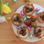 Kokosowe gniazdka z kokosowym kremem i czekoladowymi jajeczkami, czyli pomysł na szybki, bezglutenowy deser
