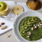 Zielone smoothie ze szpinaku, banana, jabłka i kiwi