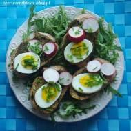 Grzanki z pesto, jajkiem, rzodkiewką i szczypiorkiem