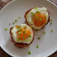 Jajka zapiekane w formie na muffiny
